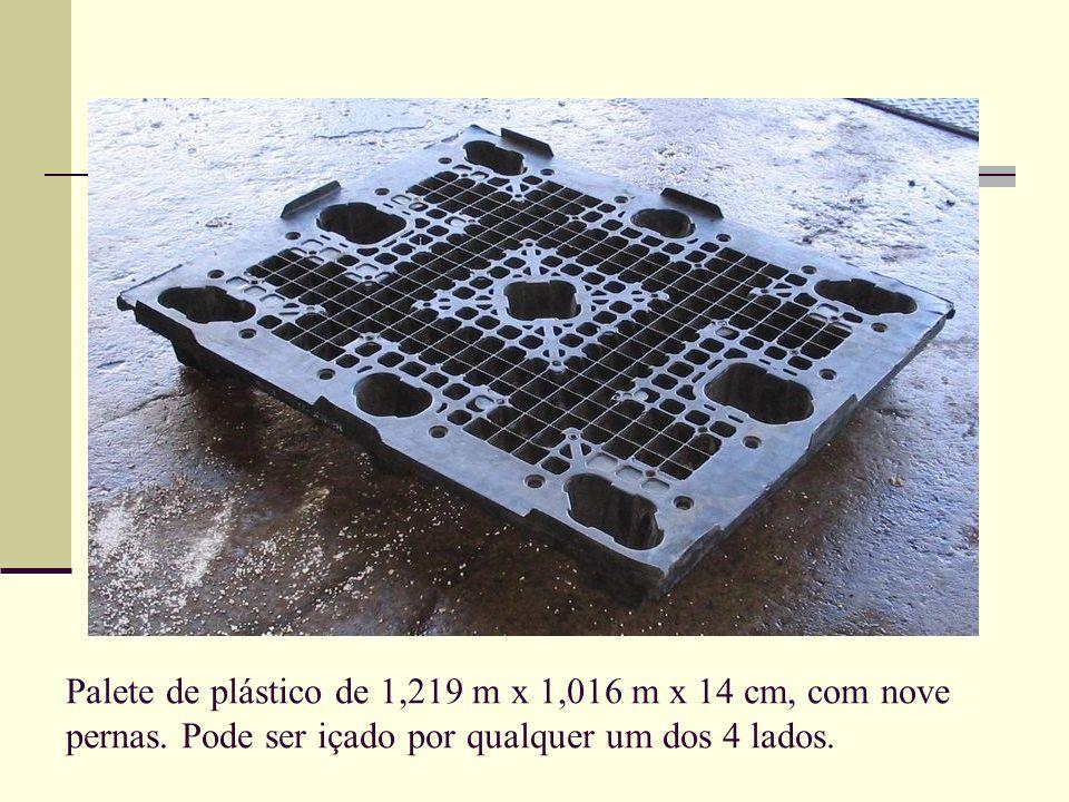 Palete de plástico de 1,219 m x 1,016 m x 14 cm, com nove pernas. Pode ser içado por qualquer um dos 4 lados.