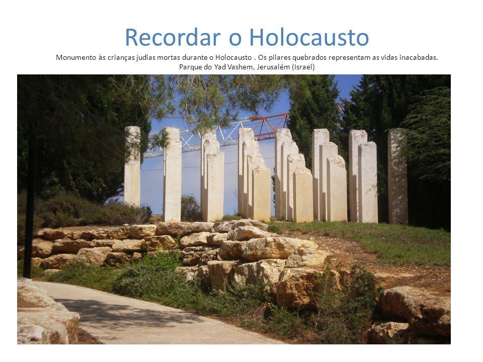 Recordar o Holocausto Monumento às crianças judias mortas durante o Holocausto. Os pilares quebrados representam as vidas inacabadas. Parque do Yad Va