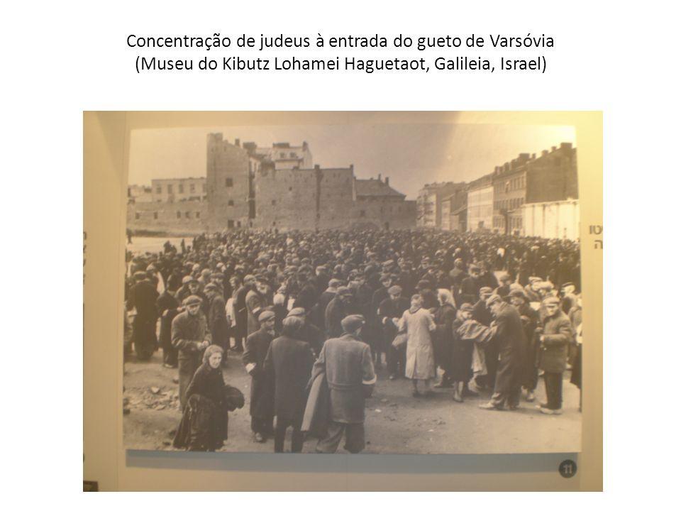 Concentração de judeus à entrada do gueto de Varsóvia (Museu do Kibutz Lohamei Haguetaot, Galileia, Israel)