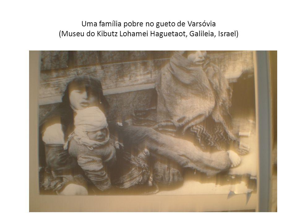 Uma família pobre no gueto de Varsóvia (Museu do Kibutz Lohamei Haguetaot, Galileia, Israel)