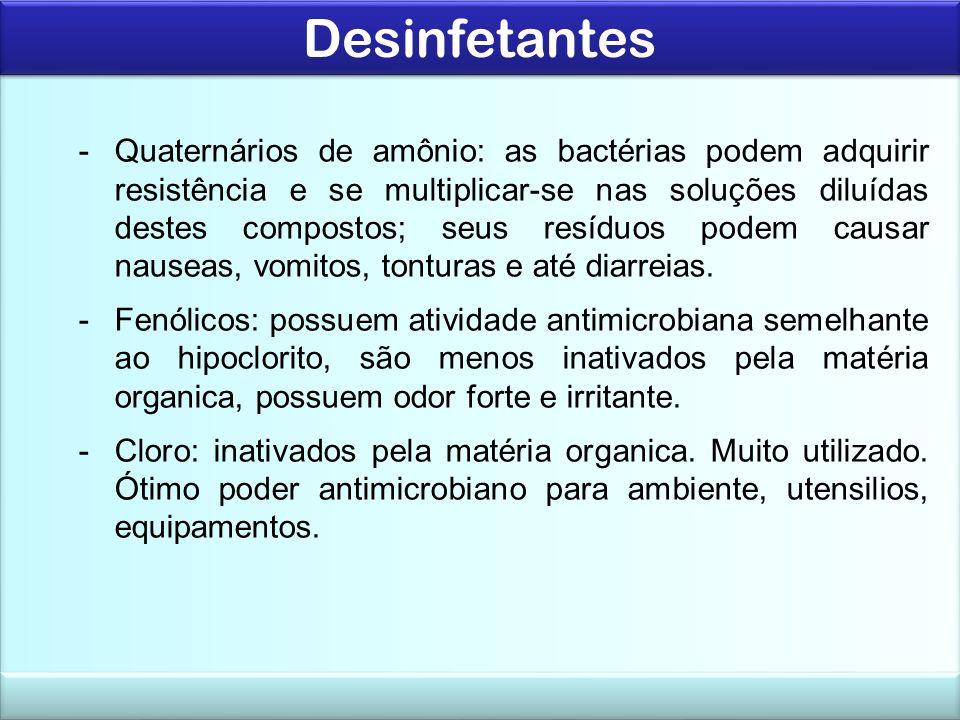 Desinfetantes SanitizanteCompostos Inorgânicos de cloro (hipoclorito de sodio) Concentração p/uso 100 a 400 ppm de cloro ativo pH efetivo08 - 10 Tempo de contato10 - 15 minutos Temperaturaambiente (não exceder 40ºC) Modo de ação microbicida inibem os sistemas enzimáticos essenciais à vida da célula Grau de atividade eficazes contra bactérias GRAM+ e GRAM-; moderadamente eficazes p/vírus, bolores e leveduras Vantagens baixa toxicidade nas concentrações indicadas; rapida ação sanificante; efetivos em determinados tipos de bactérias esporuladas; baixo custo Desvantagens sensíveis à presença de matéria orgânica; são afetados por sais presentes na agua; corrosivo em altas concentrações, principalmente em ligas de aço- carbono; baixa estabilidade na estocagem; requerem constante controle do teor do cloro ativo;