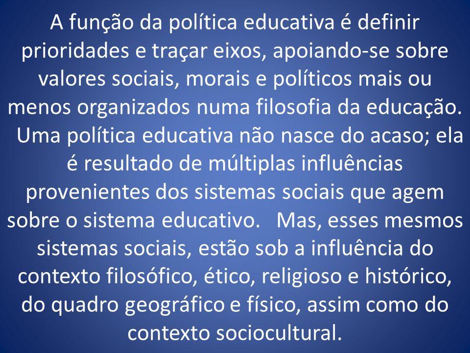 A função da política educativa é definir prioridades e traçar eixos, apoiando-se sobre valores sociais, morais e políticos mais ou menos organizados n