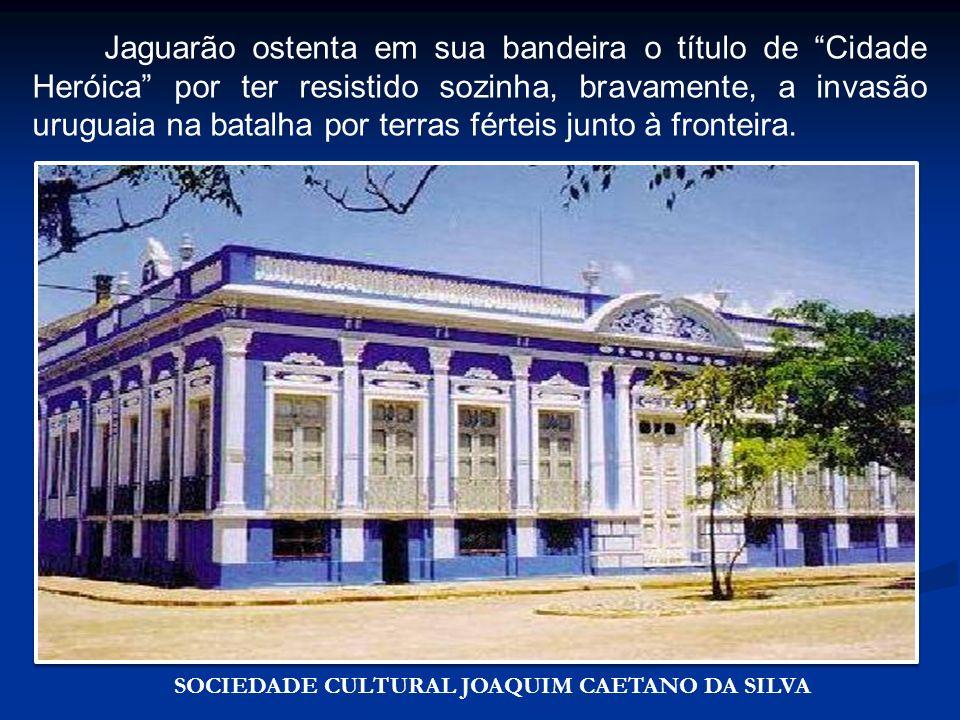 Sociedade Cultural Joaquim Caetano da Silva Jaguarão ostenta em sua bandeira o título de Cidade Heróica por ter resistido sozinha, bravamente, a invas