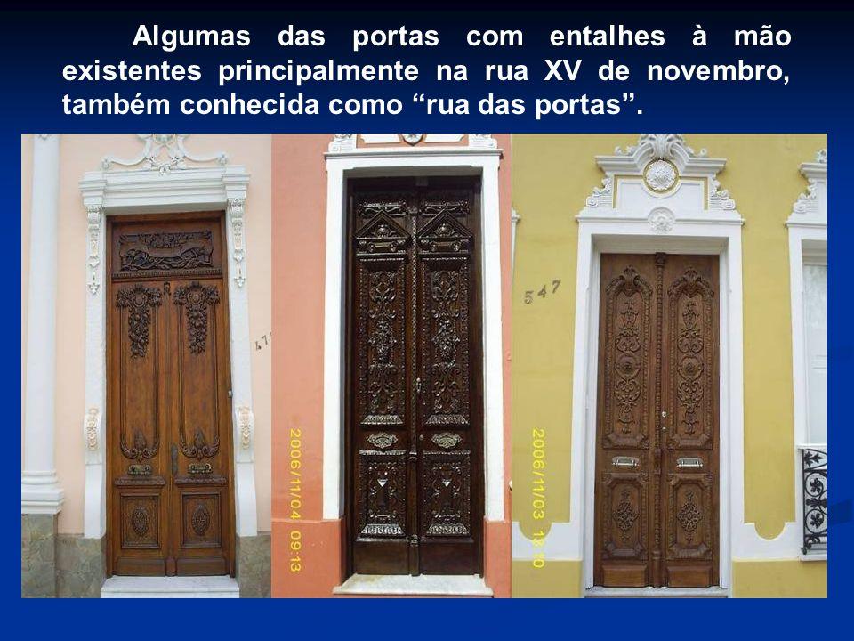 Algumas das portas com entalhes à mão existentes principalmente na rua XV de novembro, também conhecida como rua das portas.