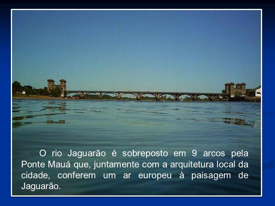 O rio Jaguarão é sobreposto em 9 arcos pela Ponte Mauá que, juntamente com a arquitetura local da cidade, conferem um ar europeu à paisagem de Jaguarã