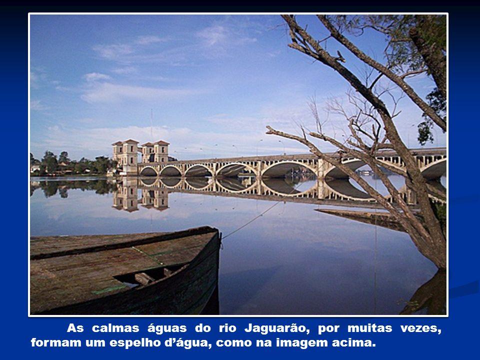 As calmas águas do rio Jaguarão, por muitas vezes, formam um espelho dágua, como na imagem acima.