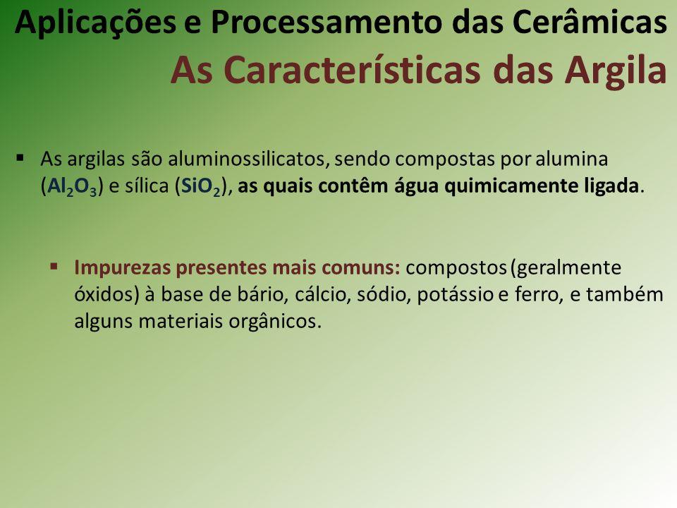 As argilas são aluminossilicatos, sendo compostas por alumina (Al 2 O 3 ) e sílica (SiO 2 ), as quais contêm água quimicamente ligada.