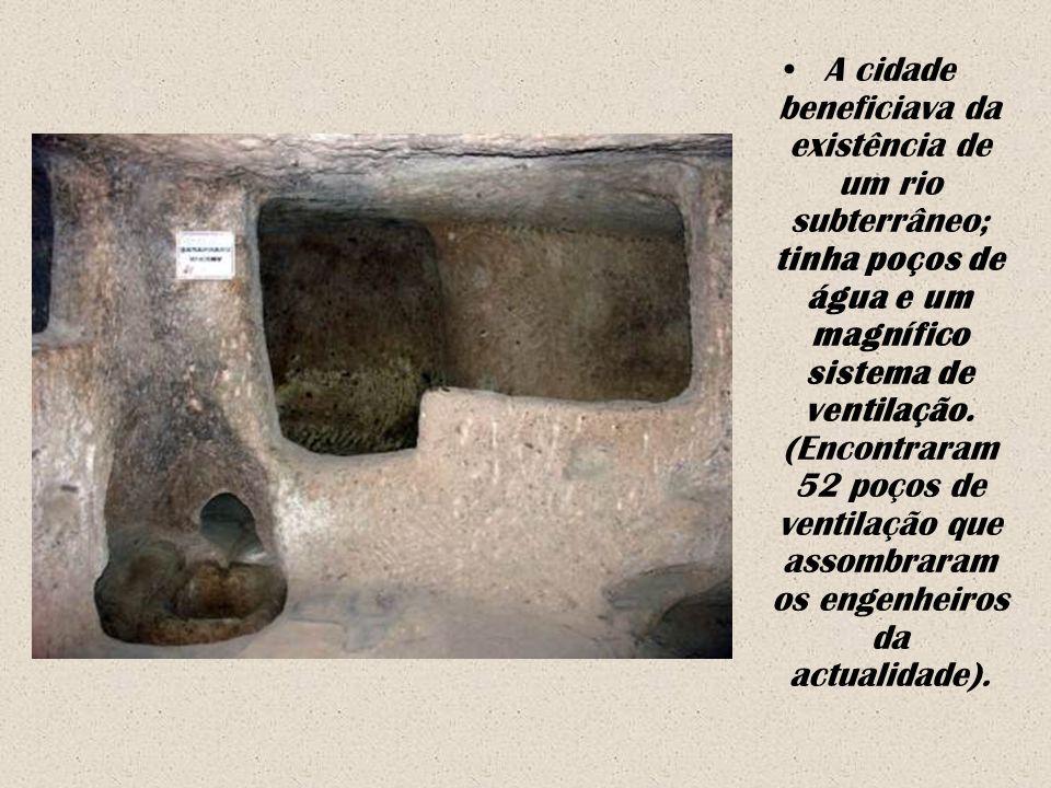 Nos níveis recuperados, encontraram-se estábulos, comedouros, uma igreja (de planta cruciforme de 20 por 9 metros, com um teto de mais de 3 metros de