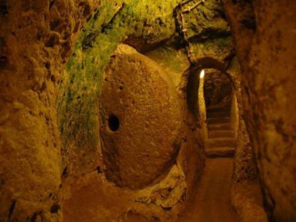 Em 1963, um habitante de Derinkuyu (na região da Capadocia, Anatolia central, Turquía), ao derrubar uma parede de sua casa, descobriu assombrado que p