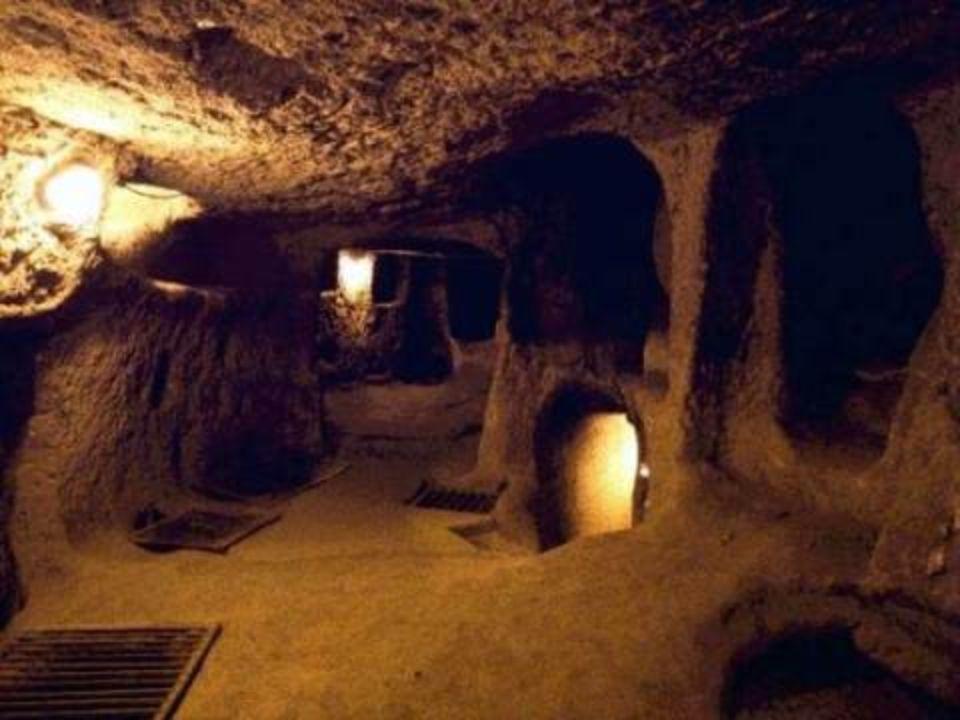 A cidade foi utilizada como refúgio por milhares de pessoas que viviam no subsolo para se proteger das frequentes invasões que sofreu a Capadocia, nas