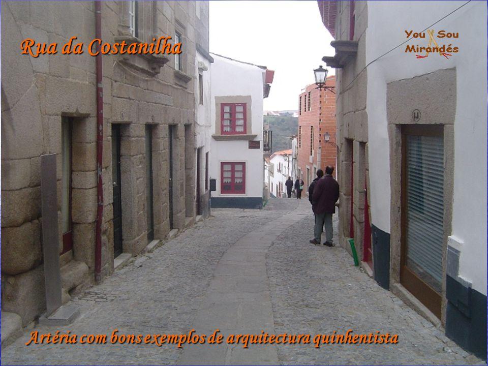 Artéria com bons exemplos de arquitectura quinhentista Rua da Costanilha