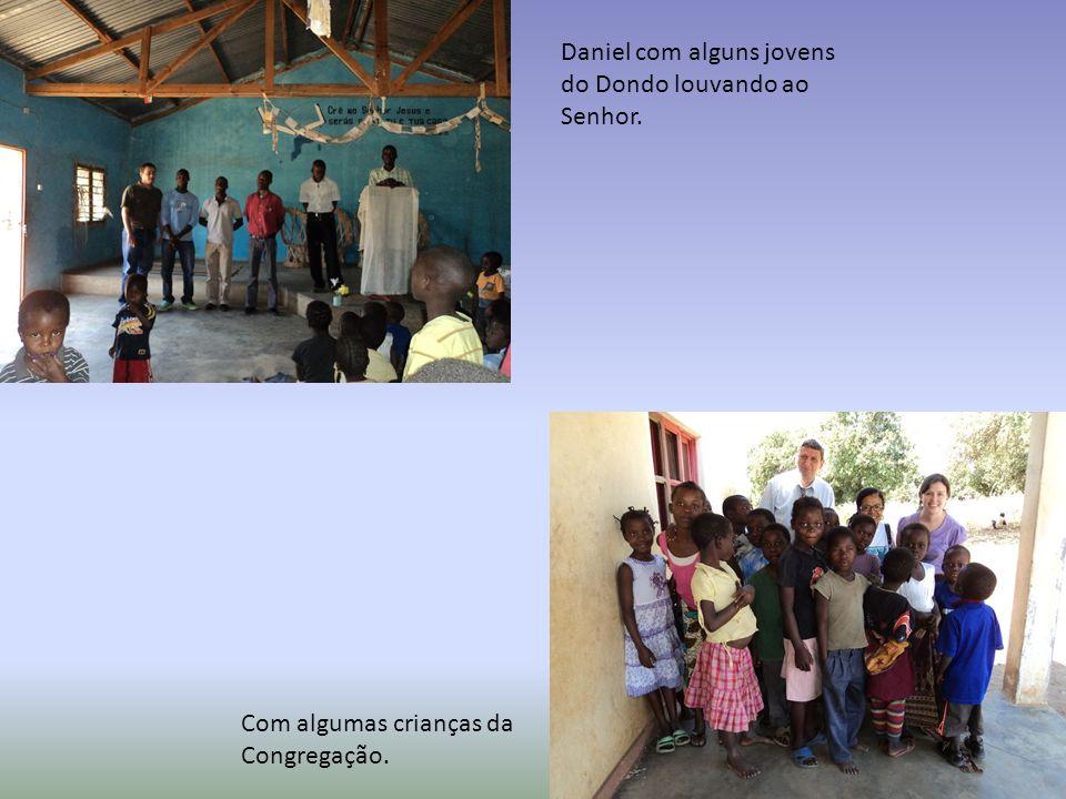 Daniel com alguns jovens do Dondo louvando ao Senhor. Com algumas crianças da Congregação.