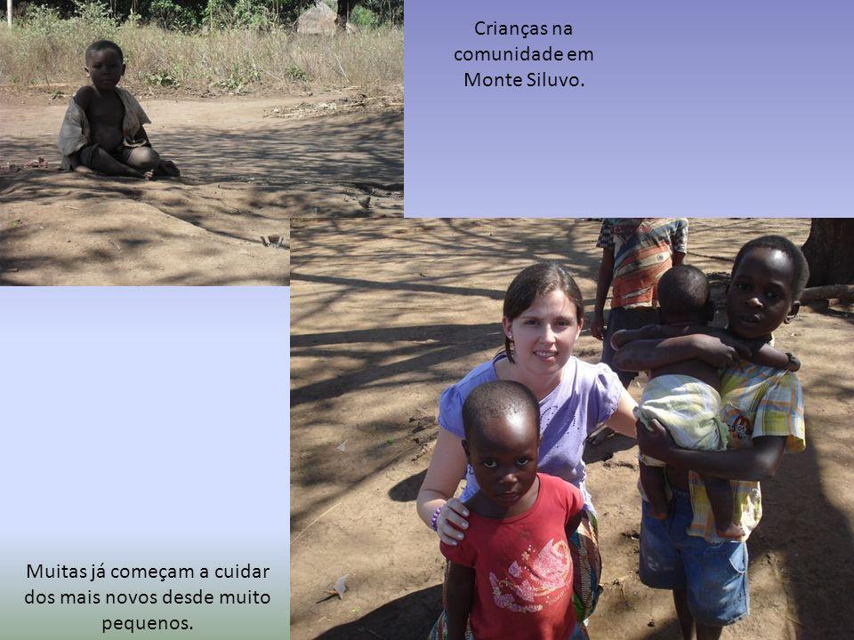 Crianças na comunidade em Monte Siluvo. Muitas já começam a cuidar dos mais novos desde muito pequenos.