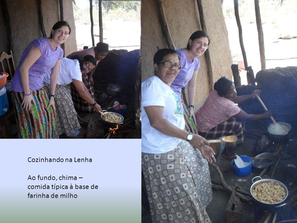 Cozinhando na Lenha Ao fundo, chima – comida típica à base de farinha de milho