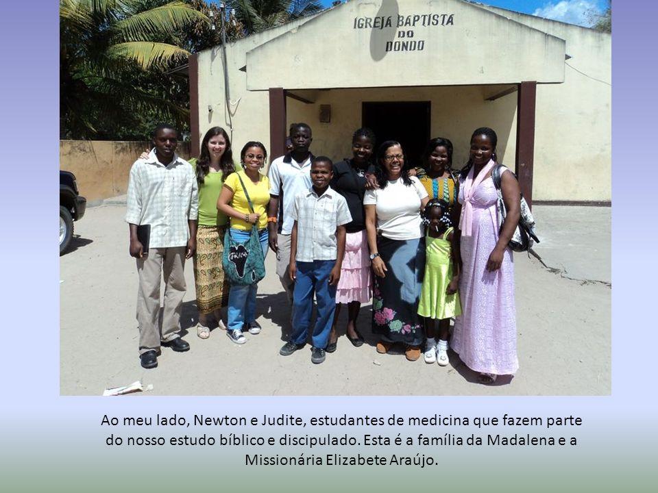 Ao meu lado, Newton e Judite, estudantes de medicina que fazem parte do nosso estudo bíblico e discipulado. Esta é a família da Madalena e a Missionár