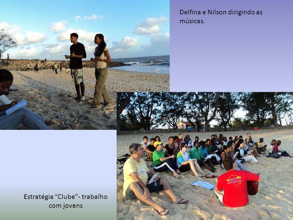 Estratégia Clube- trabalho com jovens Delfina e Nilson dirigindo as músicas.