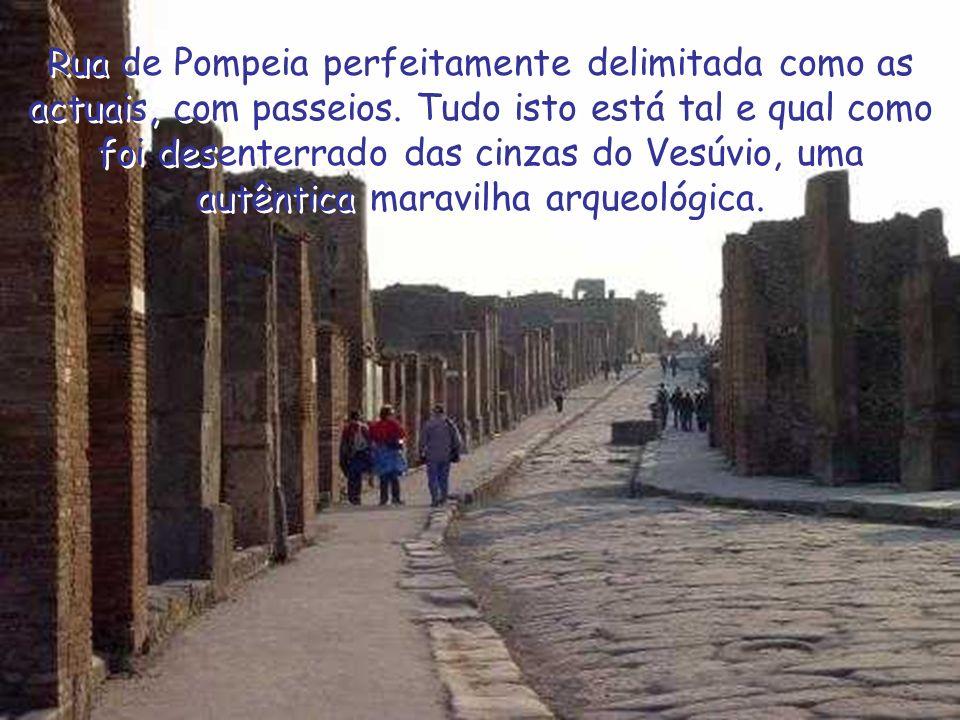 Rua de Pompeia perfeitamente delimitada como as actuais, com passeios.