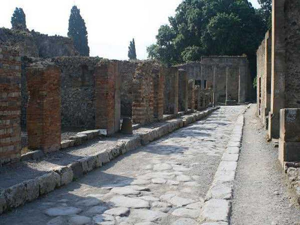 Rua de Pompeia perfeitamente delimitada como as actuais, com passeios. Tudo isto está tal e qual como foi desenterrado das cinzas do Vesúvio, uma autê