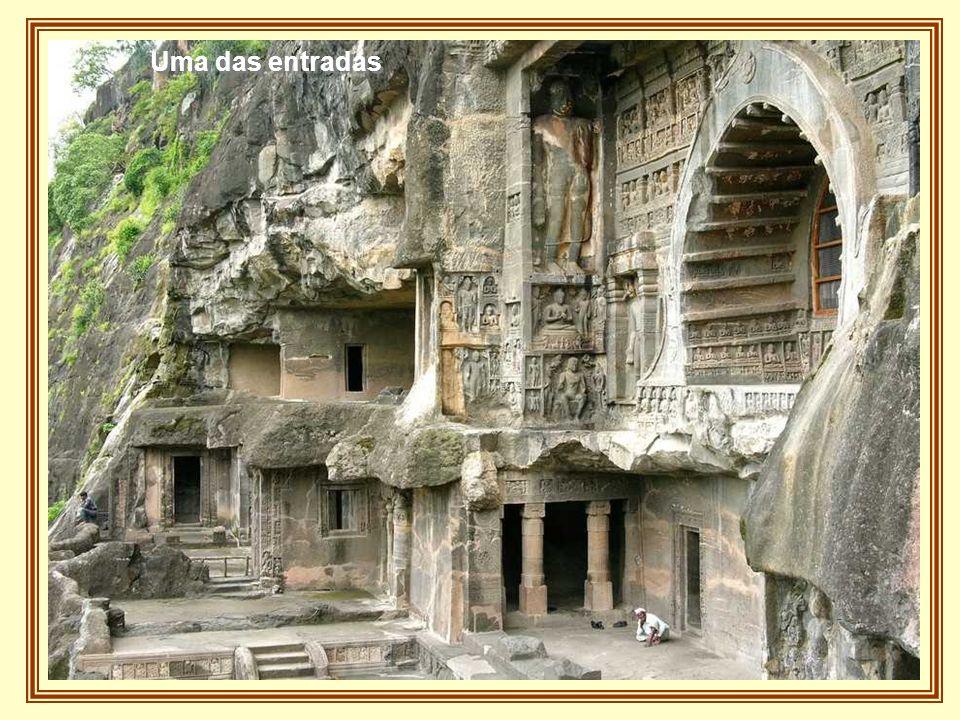 São 32 cavernas escavadas na rocha