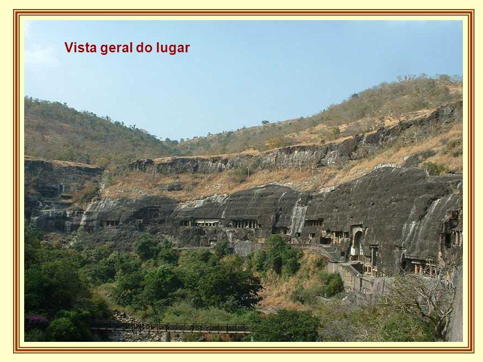 A pouco mais de duas horas da antiga cidade de Aurangabad se situam as famosas Cavernas de Ajanta, trinta e duas grutas que não são de todo naturais m