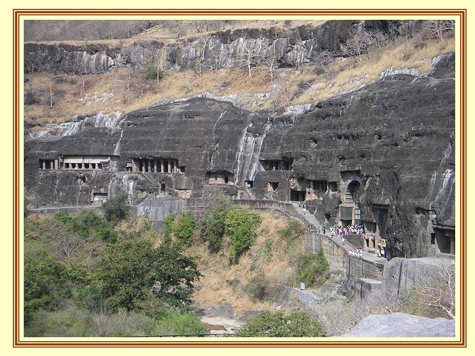 A caverna mais antiga remonta ao século II antes de Cristo. Algumas delas são Viharas ou monastérios, grandes câmaras com quartos pequenos que conduzi
