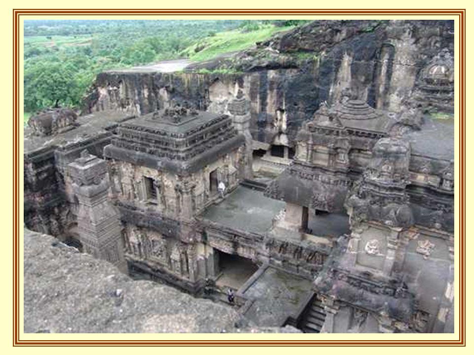 . O resto das cavernas são Chaityas ou templos, muito similares as catedrais cristãs, com tetos abobodados e com vigas de madeira que se cruzam em ner