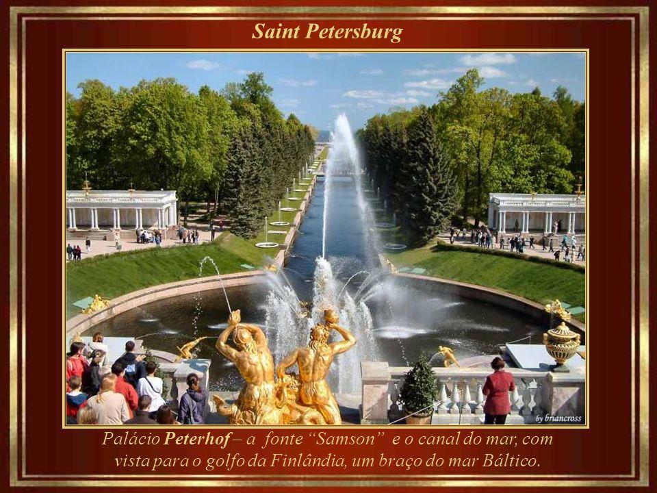 Saint Petersburg Peterhof, palácio de verão, na verdade é uma série de palácios e jardins, construídos entre 1714 e 1725