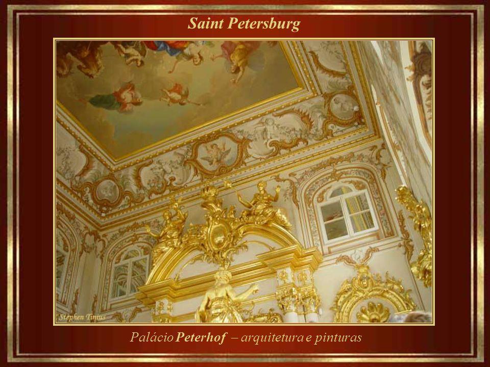 Saint Petersburg Palácio Peterhof – a fonte Samson e o canal do mar, com vista para o golfo da Finlândia, um braço do mar Báltico.