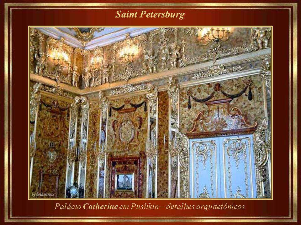 Saint Petersburg O palácio Catherine, em estilo rococo, era a residência de verão dos czares russos, situada no distrito de Tsarskove Selo (hoje, Push