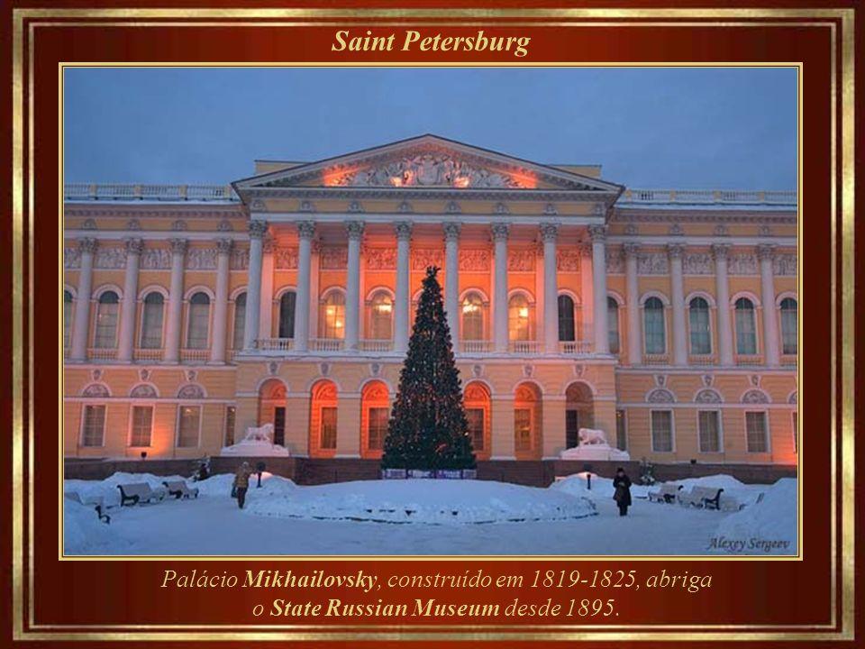 Saint Petersburg Estátua de Alexander Pushkin (1900), poeta cujo vasto conhecimento do idioma russo e riqueza em seu uso influenciou autores como Gogol, Liermontov e Turgueneiev