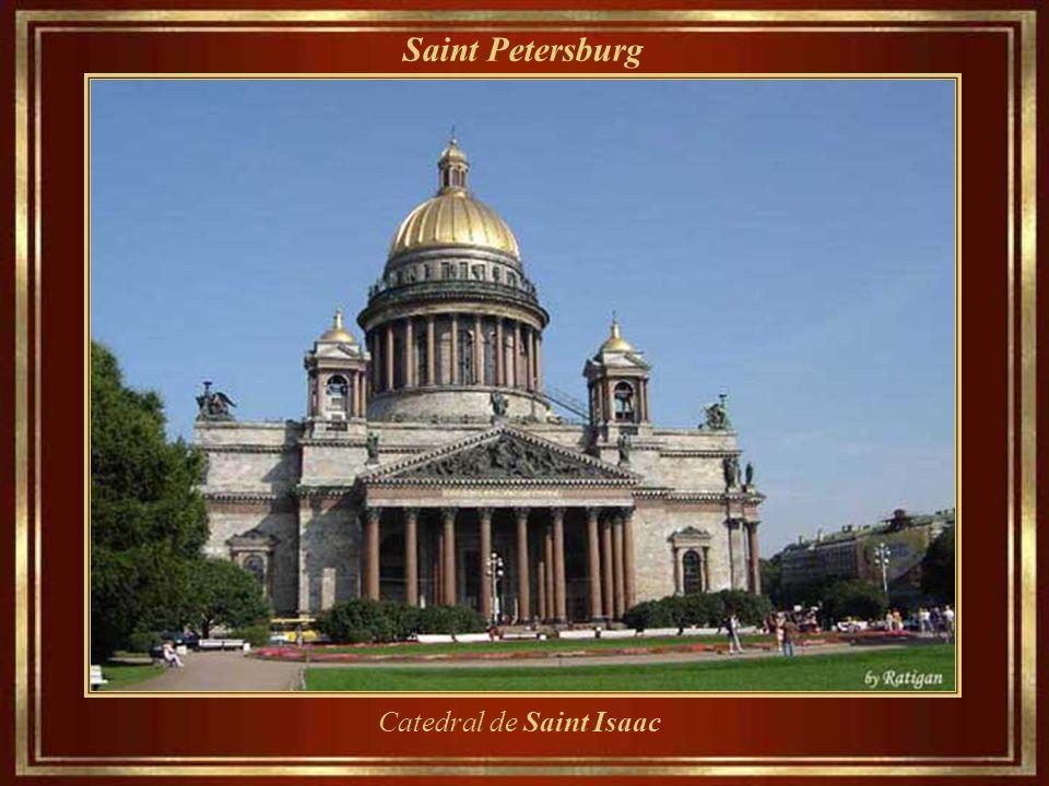 Saint Petersburg Palácio Mikhailovsky, construído em 1819-1825, abriga o State Russian Museum desde 1895.