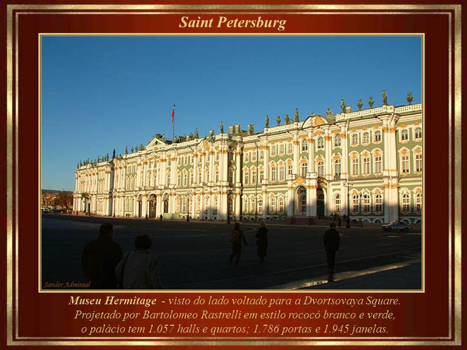 Saint Petersburg Museu Hermitage - visto do lado do Rio Neva Fundado em 1764 e inaugurado em 1852, o museu ocupa cinco palácios contíguos, sendo o maior deles o antigo Palácio de Inverno - residência oficial dos czares.
