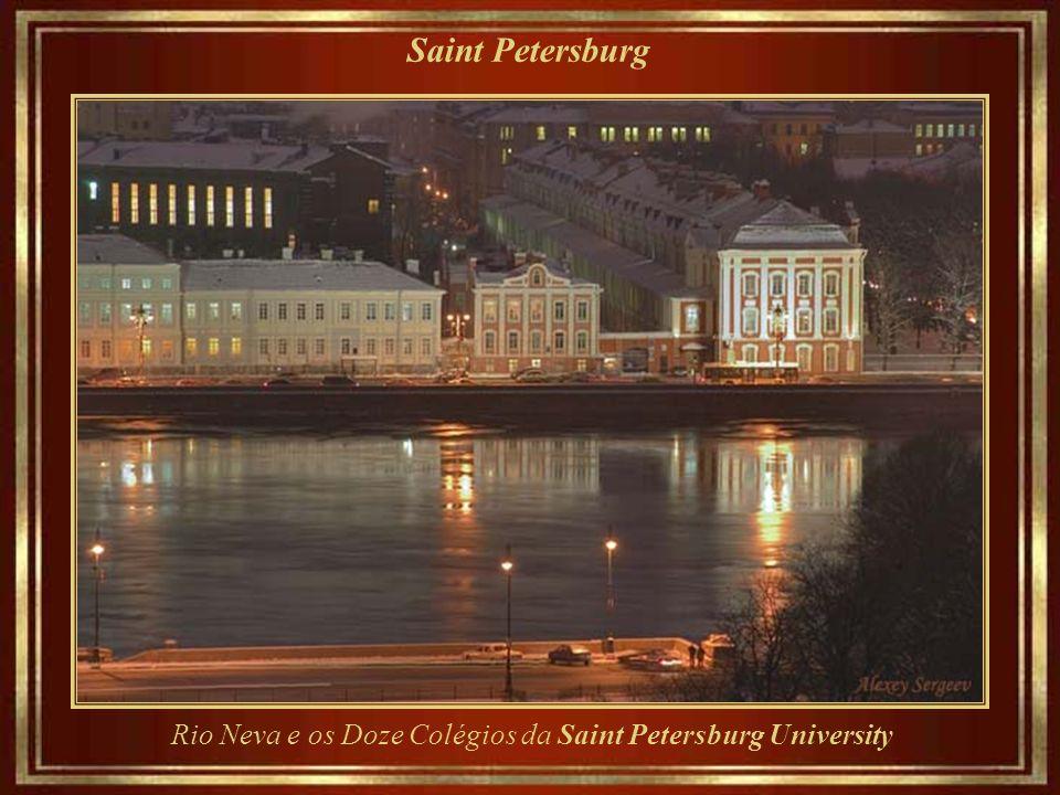 Saint Petersburg Egyptian Bridge - cruzamento da Avenida Lermontov sobre o Rio Fontanka.