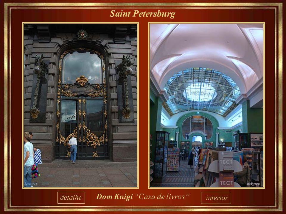 Saint Petersburg Dom Knigi Casa de Livros, situada em edifíco Art Nouveau que foi da Singer