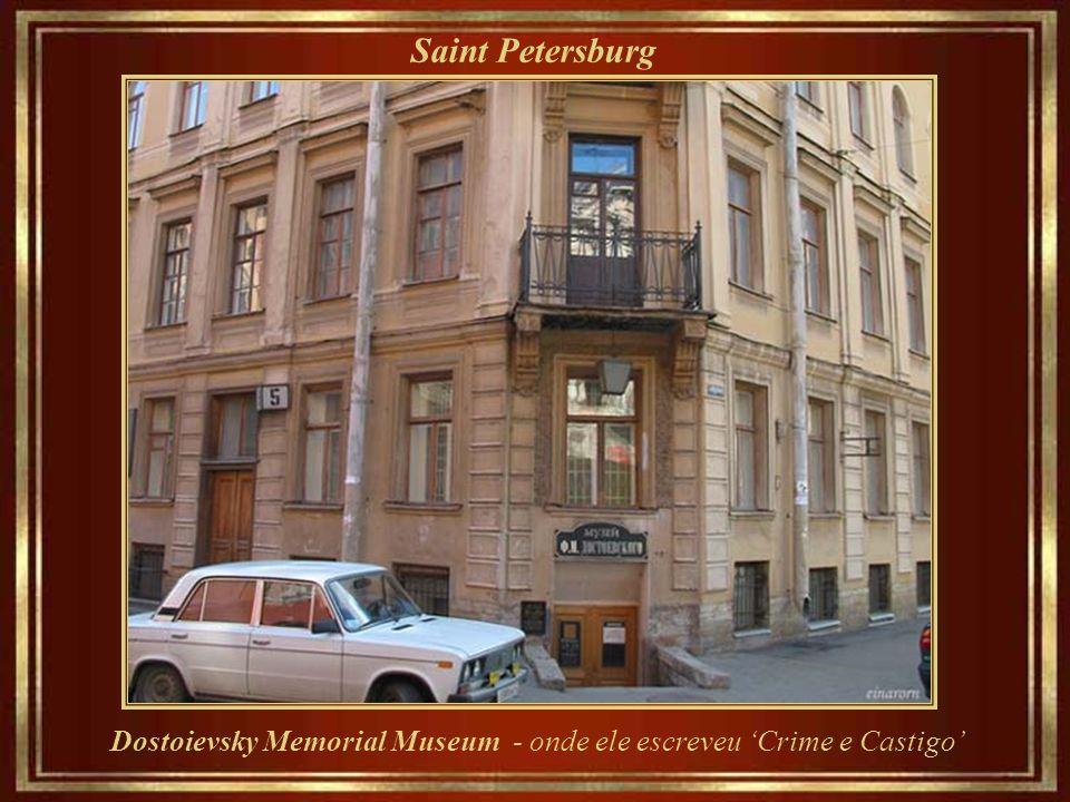 Saint Petersburg Fyodor Dostoievsky, escritor cujas obras, incluindo Crime e Castigo e Os Irmãos Karamazov, tiveram profundos e permanentes efeitos no pensamento intelectual e na literatura.