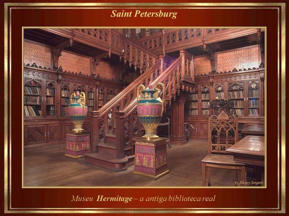 Saint Petersburg Museu Hermitage – arquitetura e luzes de candelabros