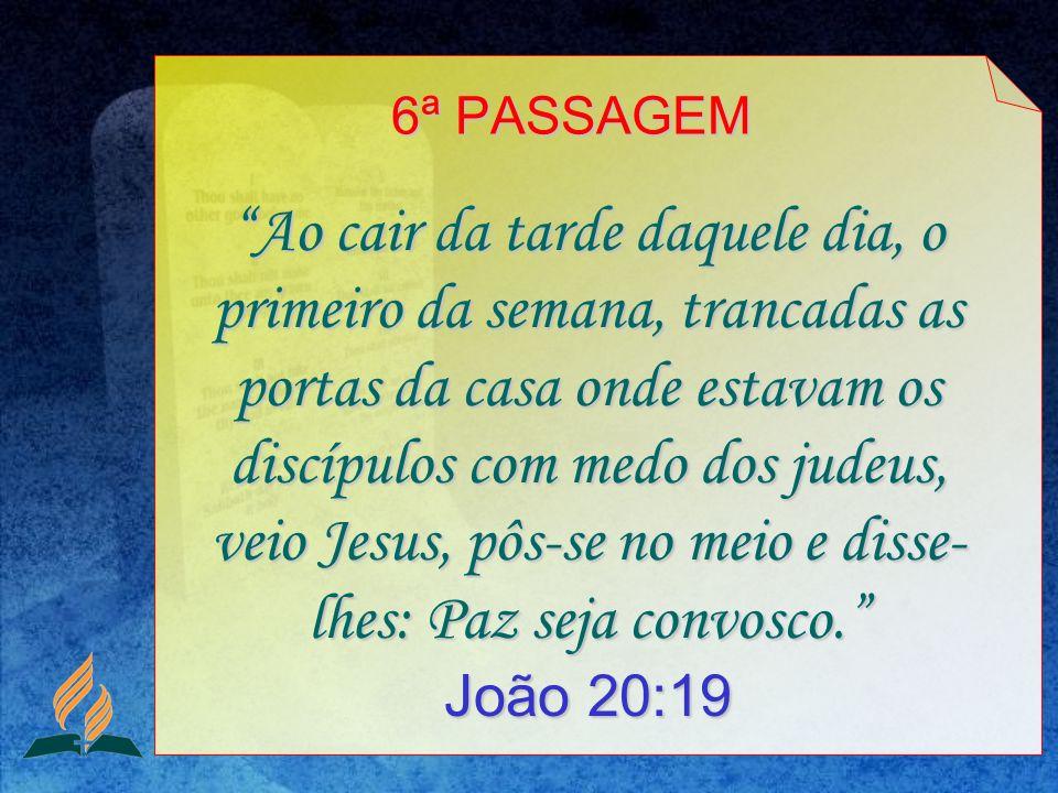 Ao cair da tarde daquele dia, o primeiro da semana, trancadas as portas da casa onde estavam os discípulos com medo dos judeus, veio Jesus, pôs-se no