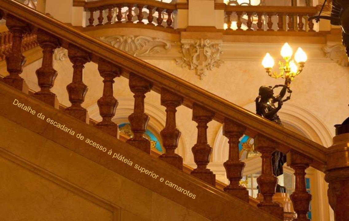 Escultura na escadaria principal