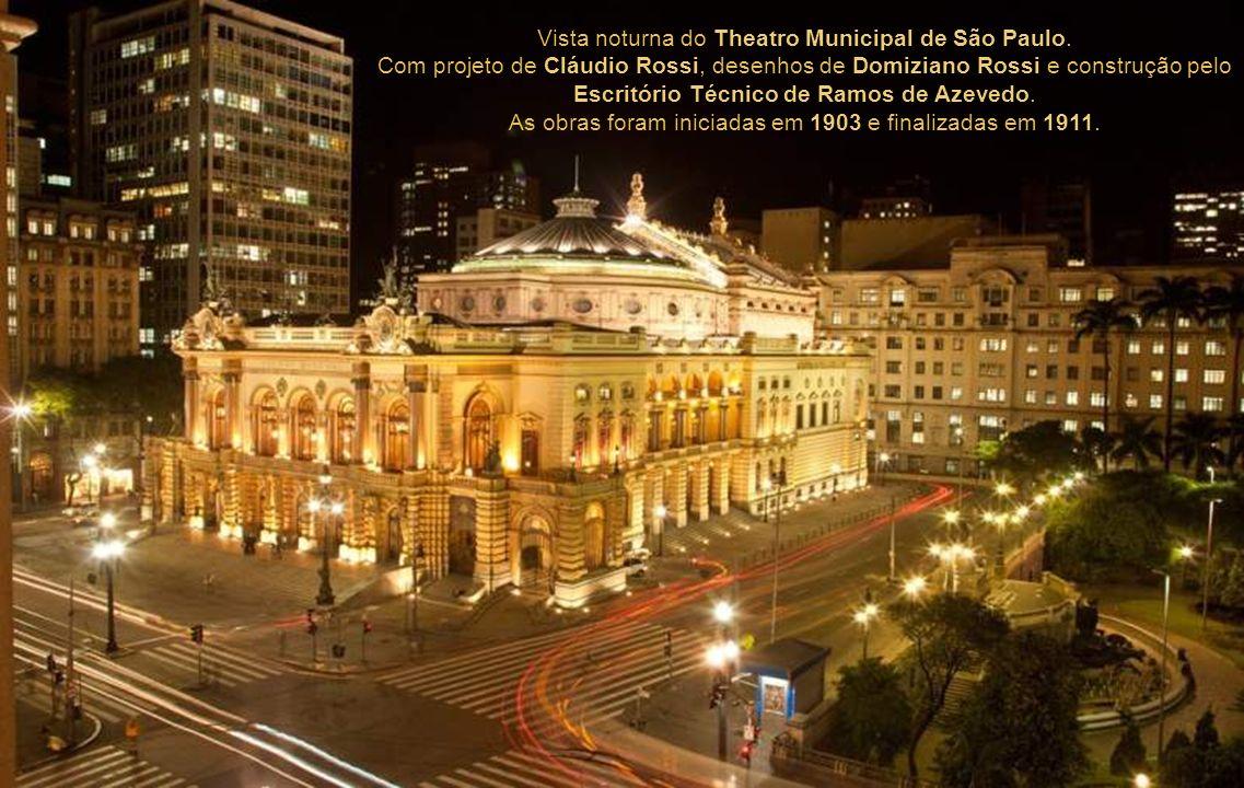 Vista noturna do Theatro Municipal de São Paulo.