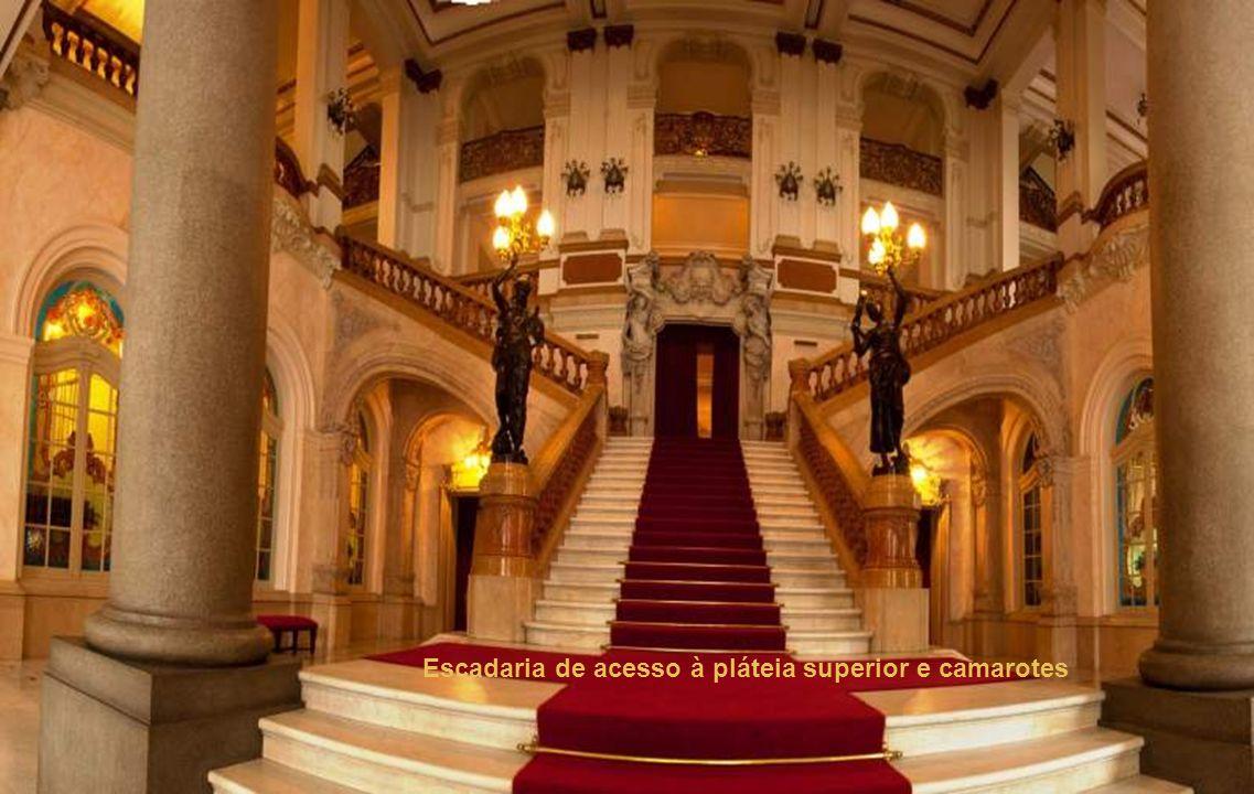 Ornamentos das platéias superiores e teto