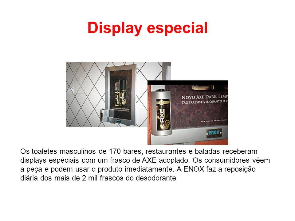 Display especial Os toaletes masculinos de 170 bares, restaurantes e baladas receberam displays especiais com um frasco de AXE acoplado. Os consumidor