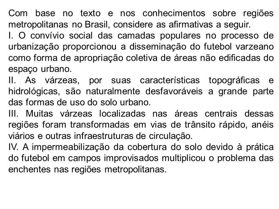 Com base no texto e nos conhecimentos sobre regiões metropolitanas no Brasil, considere as armativas a seguir. I. O convívio social das camadas popula