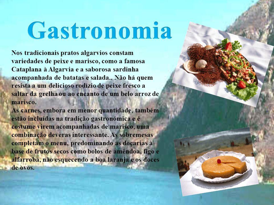 Nos tradicionais pratos algarvios constam variedades de peixe e marisco, como a famosa Cataplana à Algarvia e a saborosa sardinha acompanhada de batatas e salada..