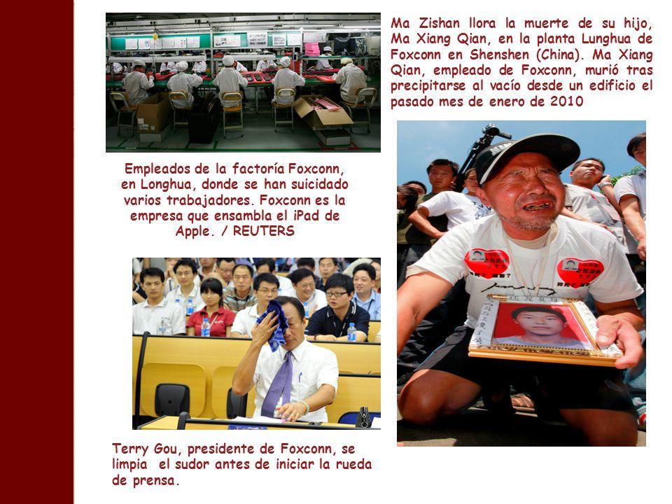 Empleados de la factoría Foxconn, en Longhua, donde se han suicidado varios trabajadores. Foxconn es la empresa que ensambla el iPad de Apple. / REUTE