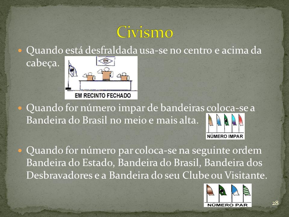 Quando está desfraldada usa-se no centro e acima da cabeça. Quando for número impar de bandeiras coloca-se a Bandeira do Brasil no meio e mais alta. Q