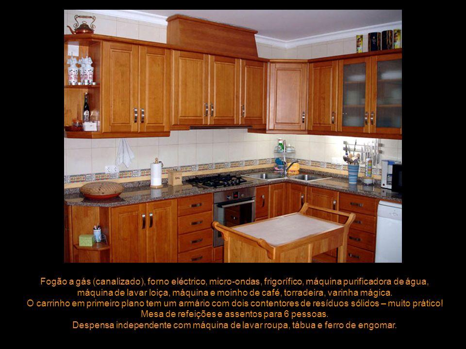 Fogão a gás (canalizado), forno eléctrico, micro-ondas, frigorífico, máquina purificadora de água, máquina de lavar loiça, máquina e moinho de café, t