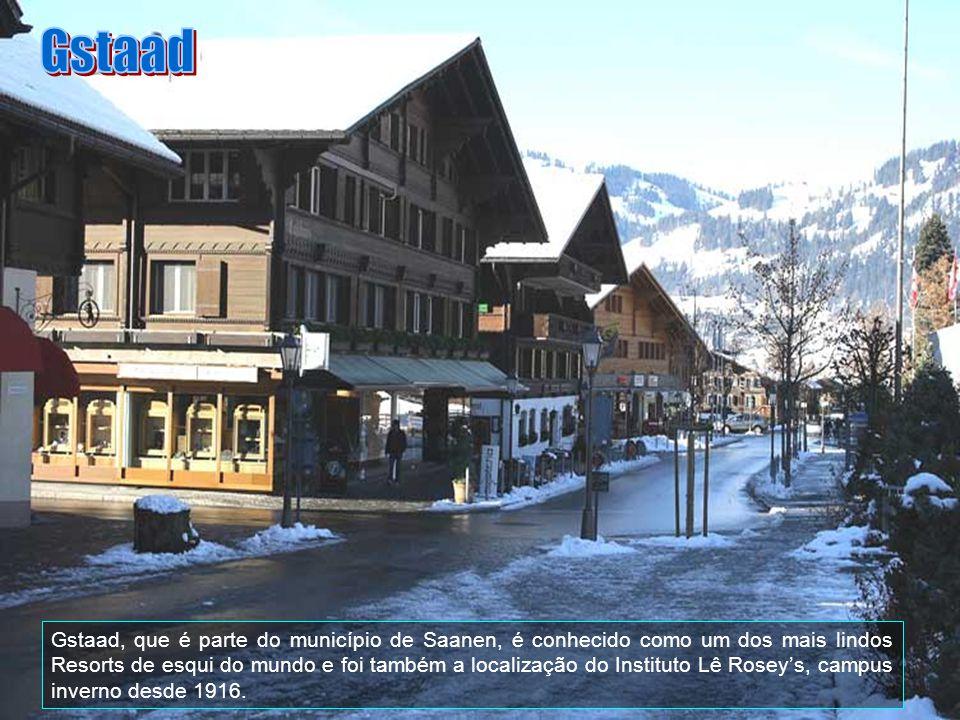 Gstaad, é conhecida por luxuosos hotéis e lojas, com sua vida noturna de alta sociedade, jantares finos, excelente serviço e estrelas internacionais.