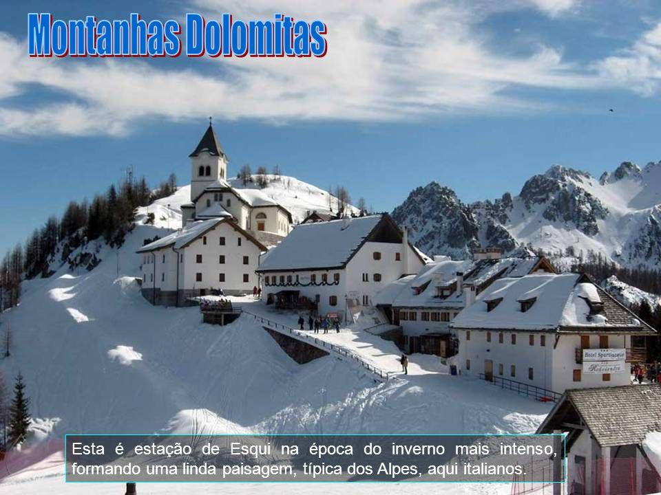 O ponto mais alto das Dolomitas é a Marmolada, com 3.343 metros acima do nível do mar, que se vê ao fundo. Outros picos importantes são: Piz de Léch,