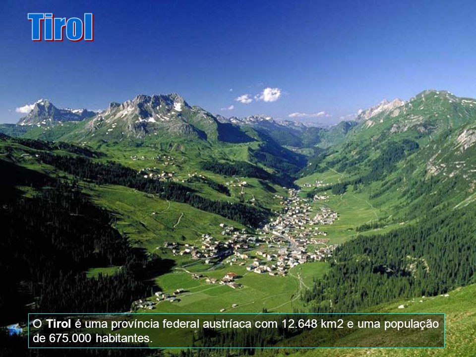Esta é estação de Esqui na época do inverno mais intenso, formando uma linda paisagem, típica dos Alpes, aqui italianos.
