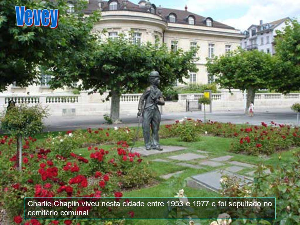Charlie Chaplin viveu nesta cidade entre 1953 e 1977 e foi sepultado no cemitério comunal.